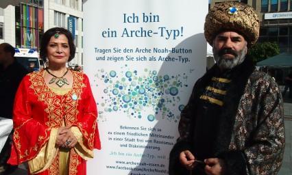 """Fatma Surat (li.) und Yilmaz Demirel, Essen -- Fatma Surat: """"Ich bin ein Arche-Typ, weil ich für ein friedliches, menschliches und internationales Miteinander bin. Die Menschen sollten in Liebe miteinander leben."""" -- Yilmaz Demirel: """"Ich bin ein Arche-Typ, weil für mich Kultur der größte Reichtum der Menschen ist."""" Foto: Sonja Strahl"""
